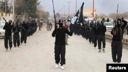 Yihadistas del Estado Islámico de Irak y el Levante desfilan tras capturar la ciudad de Tel Abyad, en Siria.