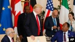 Le président Mahamadou Issoufou, assis à droite, échange avec son homologue américain Donald Trump lors d'une table ronde du G7 et les partenaires à l'hôtel San Domenico à Taormina, Italie, 27 mai 2017.
