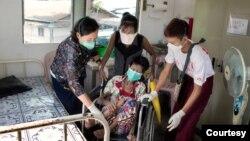 မွတ္တမ္းဓါတ္ပံု - ၂၀၁၇ ခုႏွစ္တုန္းက အင္စိန္ေဆးခန္းတြင္ TB အဆုတ္ေရာဂါ လူနာကို ျပဳစုေနစဥ္