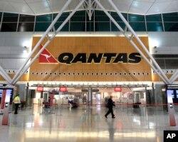 ເຈົ້າໜ້າທີ່ຮັກສາຄວາມປອດໄພ ສອງຄົນ ຍ່າງຜ່ານສະຖານທີ່ຕິດຕໍ່ ສາຍການບິນ Qantas ພາຍໃນປະເທດ ທີ່ສະໜາມບິນຊິດນີ ໃນນະຄອນ ຊິດນີ, ວັນທີ 29 ຕຸລາ 2011.