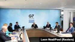 拜登總統(右3)在G7峰會舉行會談。