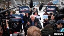 Kandida a la prezidans Bernie Sander ki t ap pale ak laprès devan yon biwodvòt nan Lekòl McDonough, vil Manchester, Eta New Hampshire, nan kòmansman jounen elektoral la madi 11 fevriye 2020 an. (Foto: REUTERS/Mike Segar).