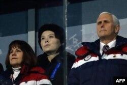 9일 강원도 평창 올림픽스타디움에서 열린 2018 평창동계올림픽 개막식에서 마이크 펜스 미국 부통령과 부인 카렌 여사 뒷줄에 북한 김정은 국무위원장의 동생 김여정 당 중앙위 제1부부장이 앉았다.