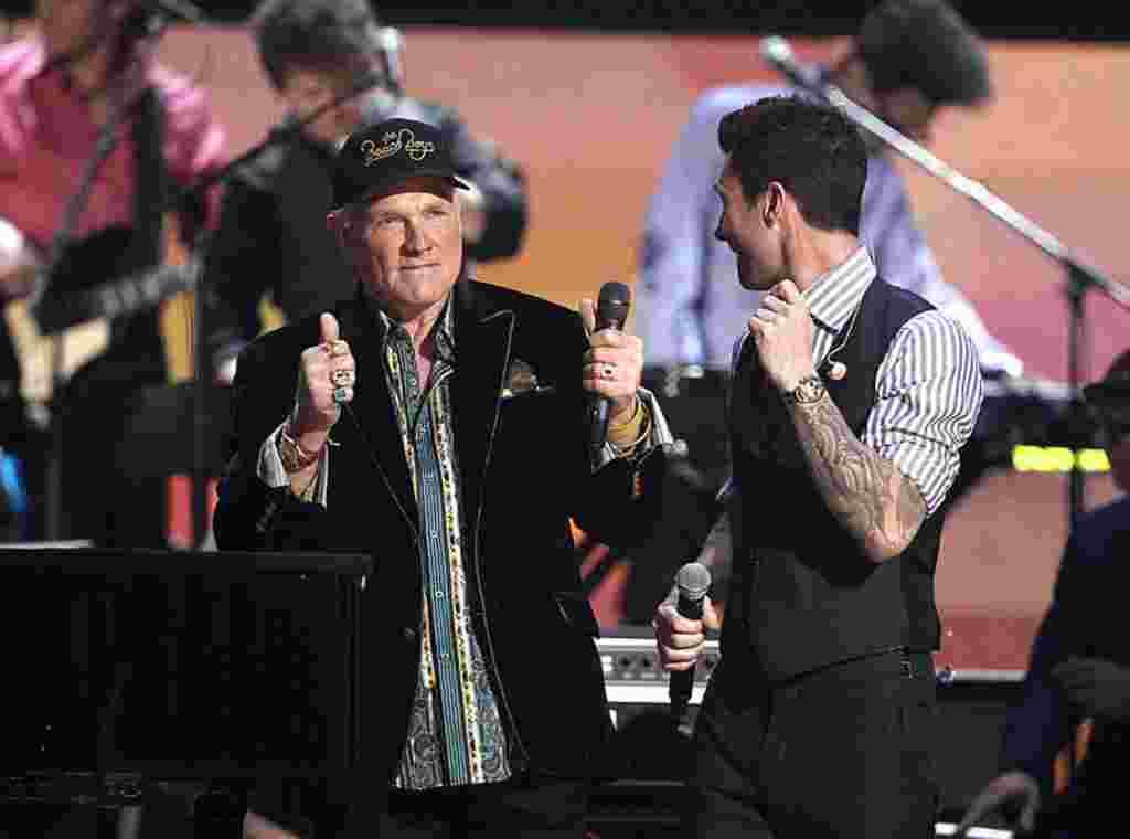 مایک لاو از گروه «بیچ بویز» و آدام لوین از گروه »مارون 5» پس از اجرای برنامه زنده »