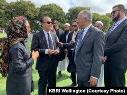 Banyak warga Selandia Baru saling berjabat tangan dan berpelukan ketika bertemu, saling menguatkan satu sama lain (courtesy: KBRI Wellington)