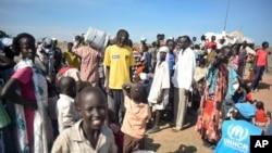 Des déplacés de guerre recoivent une aide alimentaire au sud Soudan.AP Photo/Jason Patinkin)