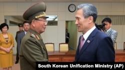 南韓總統國家安全顧問金寬鎮(右)與北韓人民軍總政治局長黃炳誓(左)在會談結束後握手