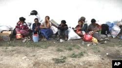 Dân làng Balinuraga bỏ chạy khỏi nhà sau các vụ đụng độ sắc tộc trong tỉnh Lampung, Indonesia, ngày 30/10/2012
