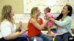 국제 구호단체 '세이브더칠드런' 관계자들이 캘리포니아 유카밸리에서 예비 어머니들에게 육아법을 가르치고 있다. (자료사진)