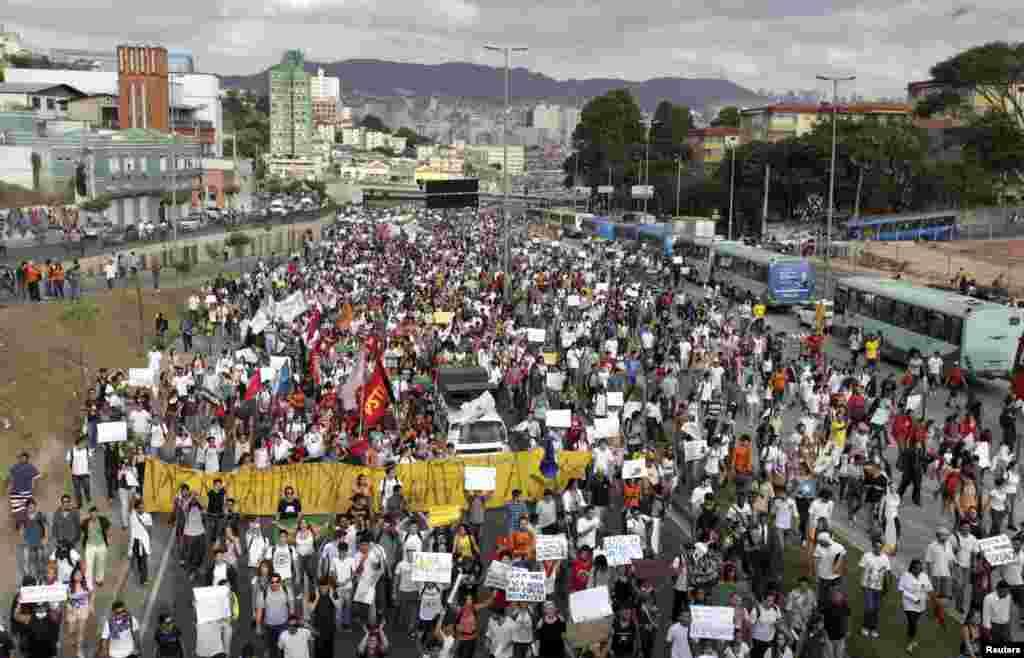 Manifestantes marcham em direção ao Estádio do Mineirão, onde a Nigéria estava jogando contra o Taiti na Copa das Confederações,em Belo Horizonte, 17 junho de 2013.