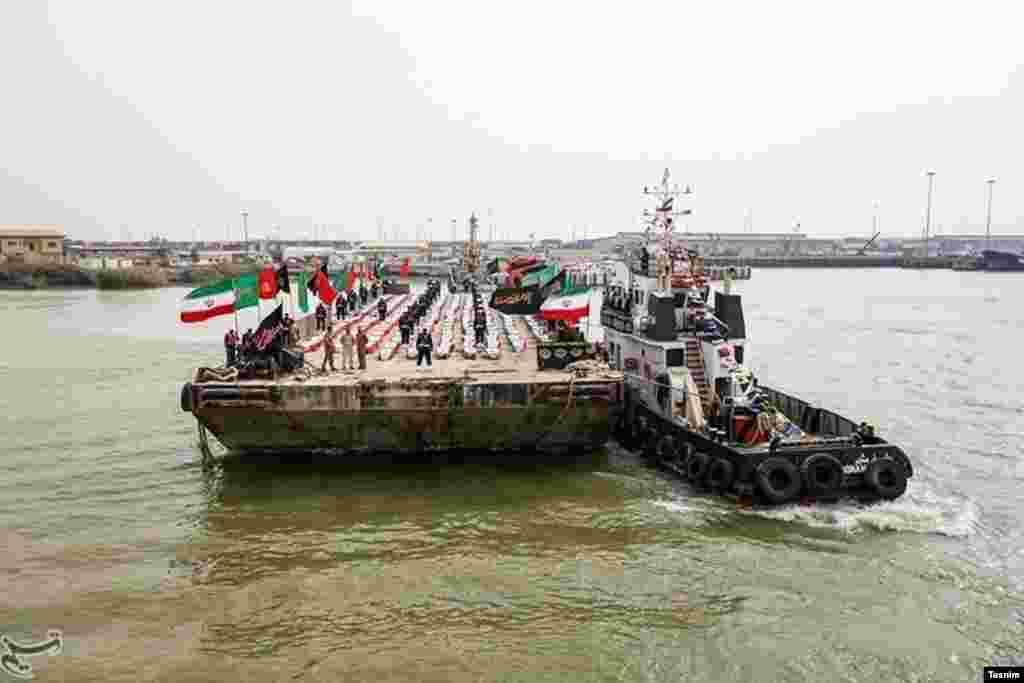 تسنیم گزارش داد باقیمانده پیکر ۱۶۵ نفر از «شهدای جنگ» از راه آبی اروند به ایران آورده شد. عکس: مرتضی جابریان