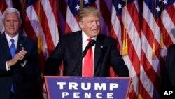 도널드 트럼프 미국 대통령 당선인이 9일 뉴욕 선거본부에서 승리연설을 하고 있다. 왼쪽은 마크 펜스 부통령 당선인.