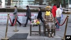 Une statue symbolisant les esclaves sexuels du temps de la guerre, placée devant l'ambassade du Japon à Séoul, Corée du Sud, 28 décembre 2015.
