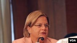 """La congresista Ileana Ros-Lehtinen dijo que """"el recorte en los fondos para asistencia a la democracia para Cuba y Venezuela envía el mensaje equivocado a la oposición en estos países""""."""
