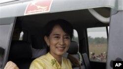 Lãnh tụ dân chủ Miến Điện Aung San Suu Kyi chào đón người ủng hộ trên đường đến thăm thị trấn Kawhmu tại Yangon vào ngày đầu năm mới, thứ Ba ngày 17/4/2012