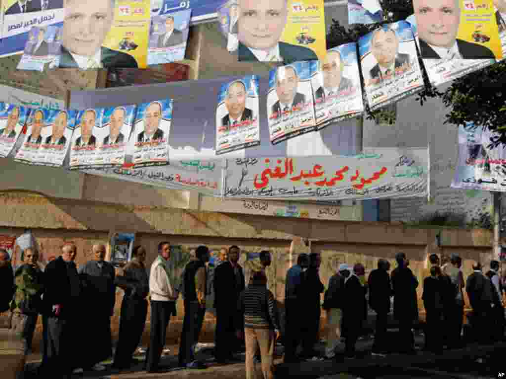 Crowds outside a Cairo polling station. (Reuters)