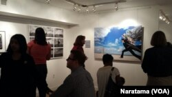 Karya Iwan Bagus dalam pameran PHOTOGRAPHERS@WORK. (VOA/Naratama)