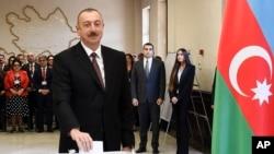 ប្រធានាធិបតីនៃប្រទេសអាស៊ែបៃហ្សង់ Ilham Aliyev ដាក់សន្លឹកឆ្នោតរបស់ខ្លួននៅក្នុងការបោះឆ្នោតប្រធានាធិបតីក្នុងទីក្រុង Baku ប្រទេសអាស៊ែបៃហ្សង់កាលពីថ្ងៃទី១១ មេសា ២០១៨។