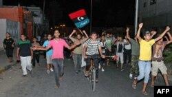 Cư dân ở khu vực Tajura ở ngoại ô Tripoli ăn mừng sau khi nghe tin phiến quân Libya mở đợt tấn công cuối cùng để lật đổ ông Gadhafi, ngày 22/8/2011