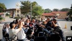 16일 말레이시아 쿠알라룸푸르 외곽에서 김정남 씨 살해 혐의를 받고 있는 두 명의 여성 용의자들의 사전 심리가 진행됐다. 심리를 마친 후 베트남인 용의자 도안 티 흐엉 씨의 변호사가 기자들의 질문에 답하고 있다.