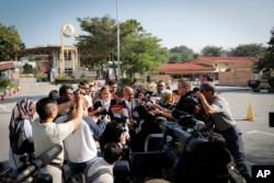 Pengacara WN Vietnam Doan Thi Huong, Naran Singh, tengah berbicara kepada wartawan sebelum sidang perdana