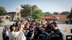 Naran Singh, ở giữa, Luật sư bảo vệ cô Đoàn thị Hương, trao đổi với phóng viên trước phiên tòa xét xử vụ ám sát ông Kim Jong Nam, bên ngoài nhà tù Kajang. (AP Photo/Vincent Thian)