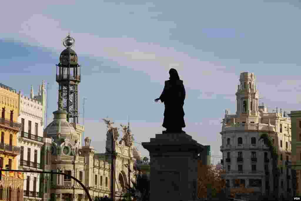 یکی از مجسمه های وسط شهر و در پشت آن ساختمان مخابرات شهر قابل رویت است.