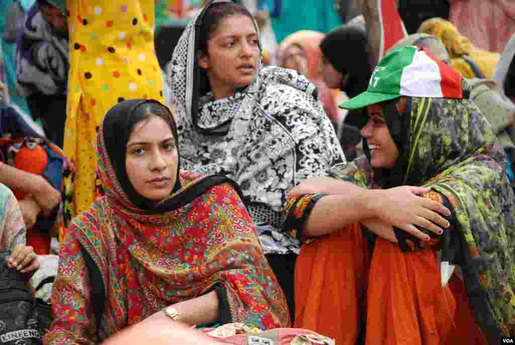 پاکستان عوامی تحریک کے قافلے میں خواتین اور بچوں کی بھی ایک بڑی تعداد موجود ہے۔