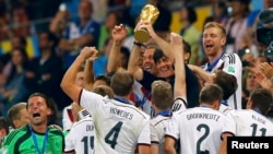 Huấn luyện viên Joachim Loew và các cầu thủ Đức nâng cao cúp vàng vô địch World Cup tại sân vận động Maracana ở Rio de Janeiro, Brazil, ngày 13 tháng 7, 2014.