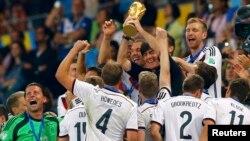 Para pemain Jerman merayakan gelar juara Piala Dunia ke-4 setelah menaklukkan Argentina 1-0 dalam pertandingan di stadion Maracana, Rio de Janeiro, Brazil, Minggu (13/7).