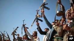 Masyarakat adat yang setia kepada pemberontak Houthi mengacungkan senjata sebagai tanda dukungan untuk pembicaraan damai di Sanaa, Yaman, 13 Februari 2019.