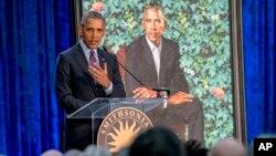 Бывший президент США Барак Обама выступил на церемонии представления официальных портретов супругов Обама в Национальной портретной галерее. Вашингтон. 12 февраля 2018 г.