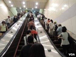 台北市捷運站秩序井然,學者認為台灣民眾的生活還沒有受開放中國旅客的影響