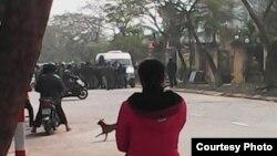 Các nhà hoạt động bị vây đánh.