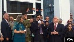 اورلینڈو سانحے کے متاثرین سے اظہار یکجہتی کے لیے اسلامک سینٹر آف سدرن کیلیفورنیا کے باہر ایک بین المذاہب تقریب منعقد کی گئی۔