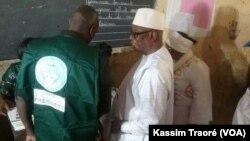 Le président Ibrahim Boubacar Keïta (au c.) a accompli son devoir civique dans le bureau de vote no. 1 du quartier Sebenicoro, à Bamako, le 20 novembre 2016. (VOA/Kassim Traoré)
