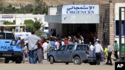 Warga berkumpul di rumah sakit di Tunisia, pasca serangan kawanan bersenjata atas pos militer di dekat perbatasan Aljazair (17/7).