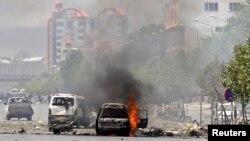 2015年6月22日一辆车在阿富汗喀布尔议会附近爆炸后着火了。