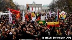 Berlin'de PKK'ya konan yasağın kalkması için gösteri yapan Kürtler
