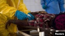 塞拉利昂医院工作人员采集疑似埃博拉病人的血样