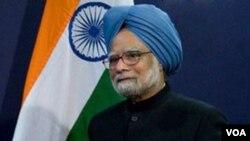 PM India Manmohan Singh dikecam karena tidak segera menyelidiki skandal bernilai miliaran dolar yang memaksa pengunduran diri menteri telekomunikasi.