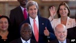 El secretario de Estado de Estados Unidos, John Kerry, aprueba la foto oficial de la 43 Asamblea General de la OEA, en Antigua Guatemala.