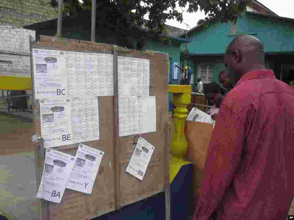 Des listes electorales dans un bureau de vote de Kinshasa 28 Novembre 2011 Nicolas Pinault VOA1