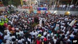 Personas se reúnen para realizar una vigilia en honor a las víctimas del accidente que dejó 17 muertos en Puerto Príncipe.