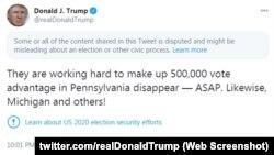 Cuitan-cuitan Trump yang menuding adanya kecurangan dalam pemilu 3 November, telah diberi peringatan oleh Twitter (ilustrasi).