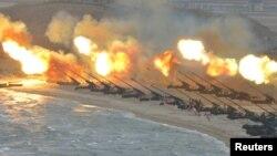 북한 관영 조선중앙통신이 지난 3월 공개한 북한 군 포 사격 훈련 장면. (자료사진)