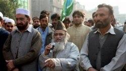 مولانا یوسف قریشی، روحانی تندرو پاکستانی در تظاهراتی علیه آسیه بی بی، زن مسیحی روستایی محکوم به اعدام سخنرانی می کند