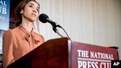 Nadia Murad, co-ganadora del Premio Nobel de la Paz 2018, habla en el National Press Club en Washington, D.C., el lunes, 8 de octubre de 2018.
