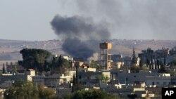 Khói bốc lên từ thị trấn Kobani của người Kurd ở Syria nhìn từ phía biên giới Thổ Nhĩ Kỳ, ngày 1/10/2014.