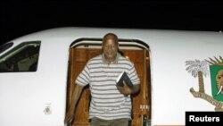 Carlos Gomes Junior desambarca no aeroporto Felix Houphouet Boigny, em Abidjan